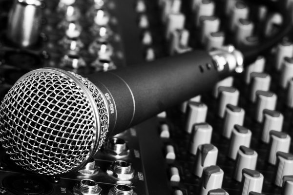 Options de sonorisation avec micro sans fil et enceintes pour une meilleure restitution sonore